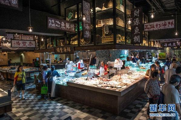 滚动图片 正文    这是10月14日在香港本湾市场内拍摄的海鲜铺位.
