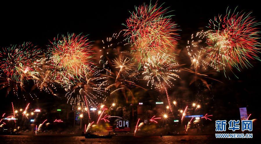 当日,香港举行烟花汇演迎接2017新年. 新华社发(王玺摄)