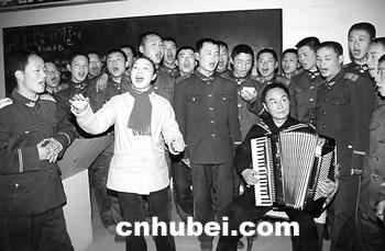 演唱歌曲《军人本色》(图)