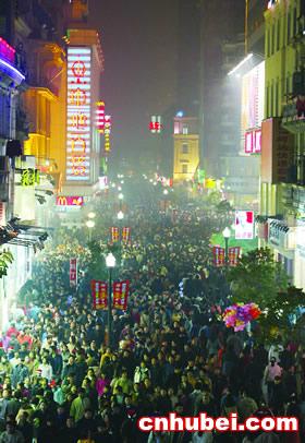 江汉路步行街上人头攒动-平安夜欢乐 借壳上市图片