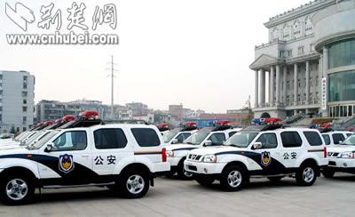 40辆尼桑帕拉丁型警车和102辆桑塔纳3000型警车昨日