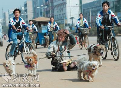 滑板车沿街乞讨(图)