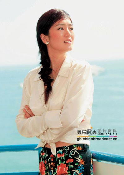 白衬衫可谓是百搭单品,巩俐这款真丝白衫配上花裙,是不是另有图片
