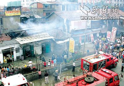 高压锅爆炸引发大火 长虹桥4间民房被毁(图)