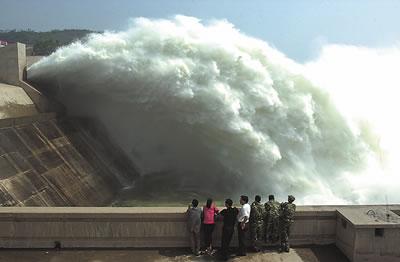 黄河小浪底水电站.