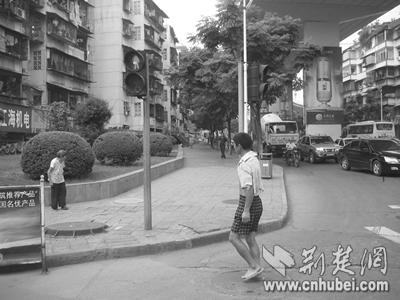 的交叉路口,看到人行横道上有两个红绿灯,一个亮绿灯,一个亮红高清图片