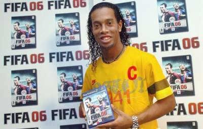 小罗为新款PS2足球游戏做宣传