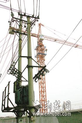积玉桥一塔吊挂上电线电火花