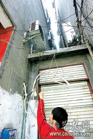 天门墩路多家店面空调室外机被盗割(图)