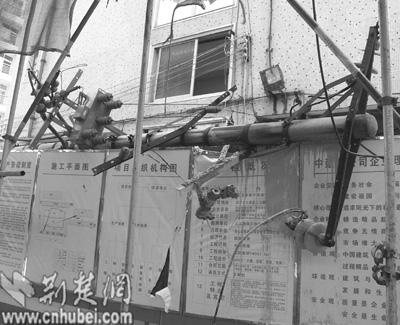 汉口二七路一建筑工地塔吊松落斗车砸损变压器