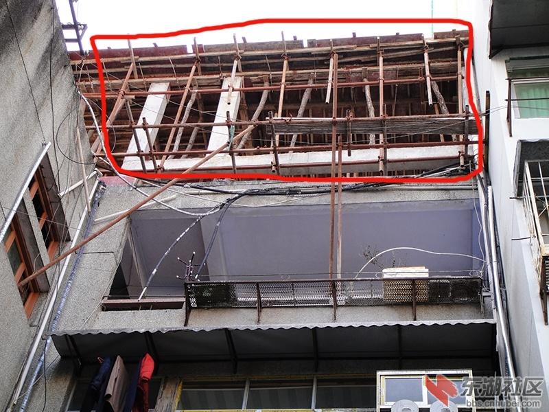 在中心街楼顶违章扩建房屋给居民带来隐患