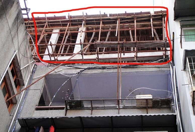 神农架林区中心街楼顶违章扩建房屋