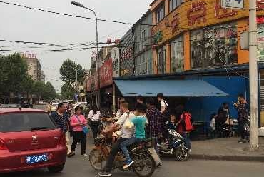 襄阳红星社区金华市场门前餐馆私搭乱建