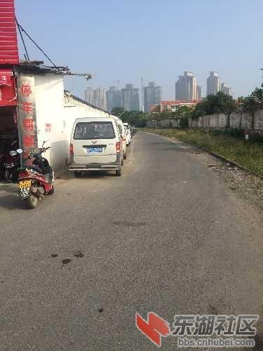 襄阳市樊城区美满社区铁路沿线乱停车
