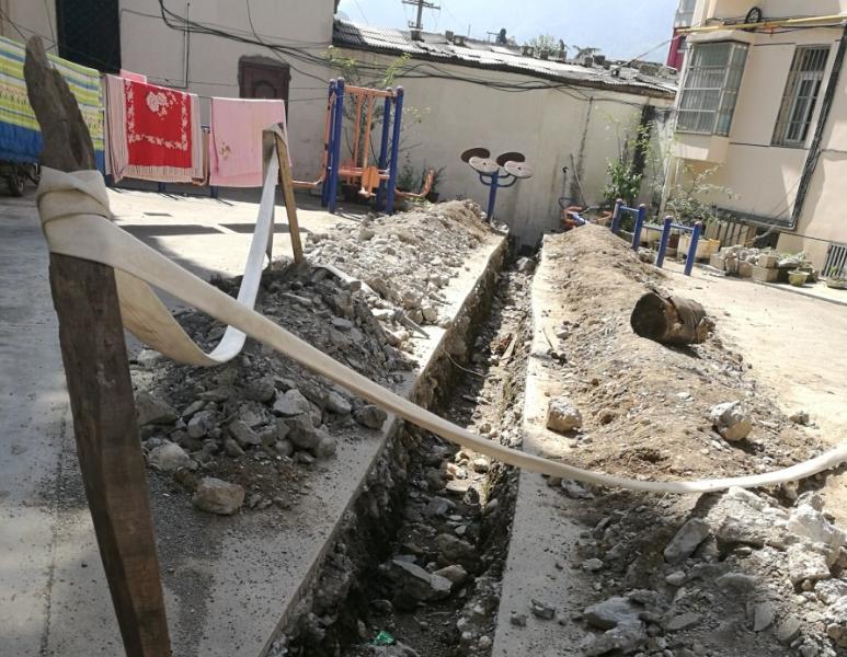 神农架一小区内开排水沟2个月无人管