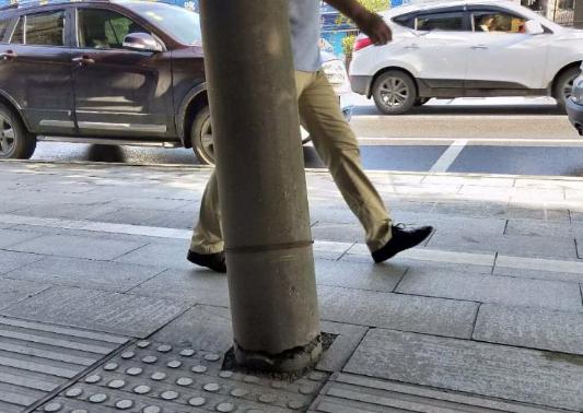 蕲春县老公安局旁一电线杆存安全隐患