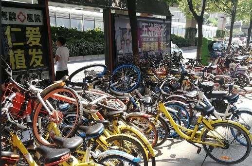 洪山区红庙公交站共享单车堆积如山