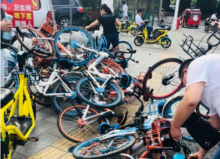 古田二路轻轨站出口处共享单车乱堆放