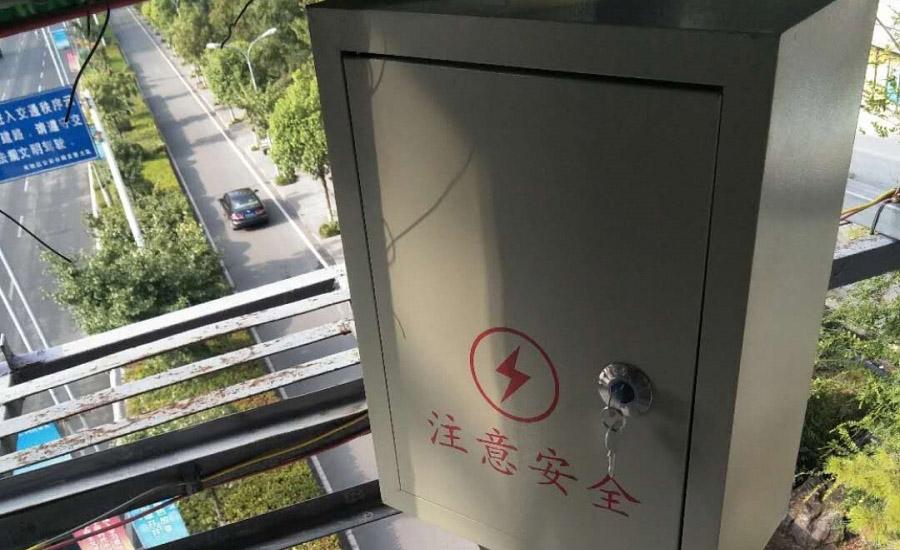 宜昌发展大道广告柱电源箱门盖缺失