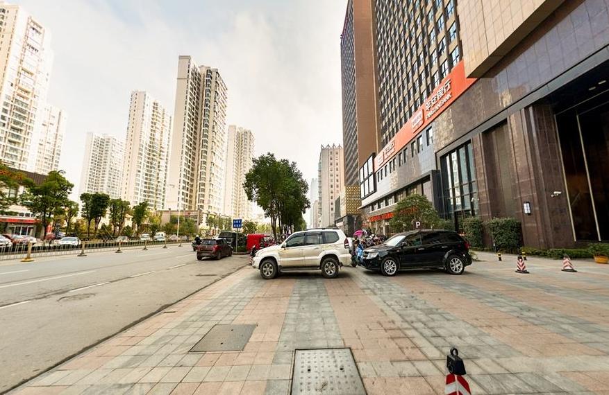 襄阳民发广场对三车停放区的车辆非法收费