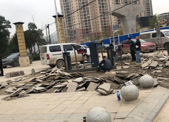 洪山区金域天下三期将生活广场改成停车场