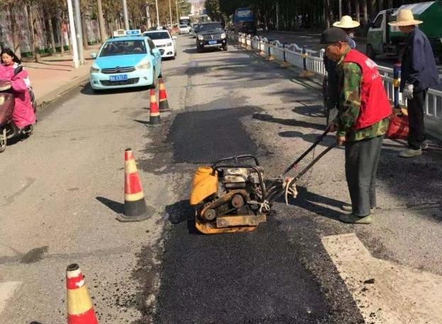 黄陂双凤公园至化肥厂门前道路破损