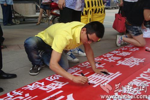 中南财经政法大学志愿者笼中扮猫呼吁保护动物