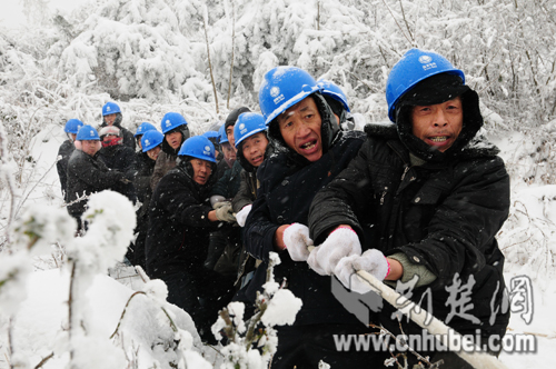 恩施电力员工顶风冒雪保春节供电