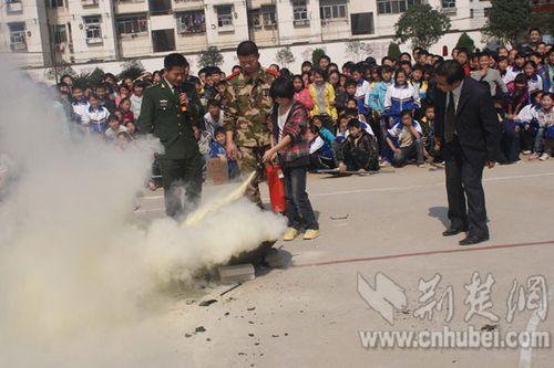 学生进行灭火器灭火体验
