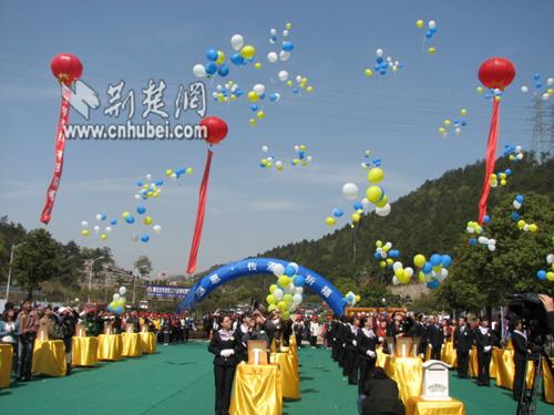 图为:现场放飞五彩气球,气球上悬挂有对先人美好祝福的卡片