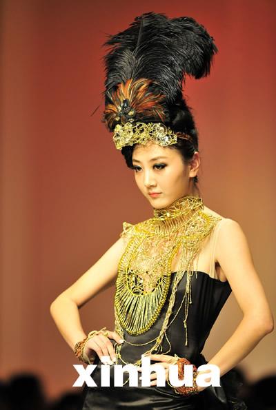 新闻图片    5月21日,模特展示武汉纺织大学毕业生服装设计作品.