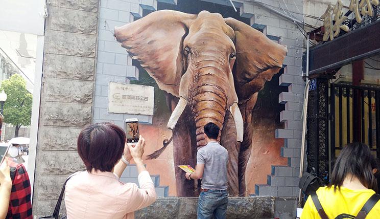 3D彩绘扮靓武汉 市民逛街又添新景