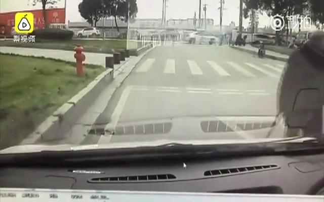 老人故意后退碰瓷轿车