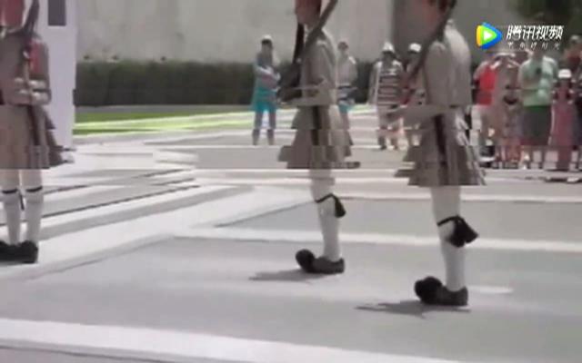 希腊士兵展示正步,这鞋子这步伐,醉了