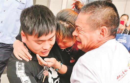 十堰男孩被拐22年后回家 亲生父母为寻子曾跑遍多个省市