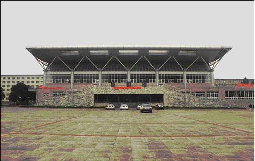 """学校综合体育馆造型独特,气势恢弘,入口处生动逼真的""""动之魂""""雕塑与"""