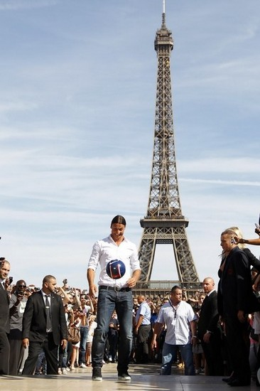 组图:伊布亮相巴黎 埃菲尔铁塔前展示新球衣