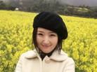 杨钰莹和花合影笑容甜美