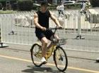 黄晓明蹬自行车出门