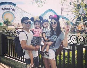 李小鹏携家人去迪士尼庆生