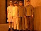 四男子穿日军服拍照