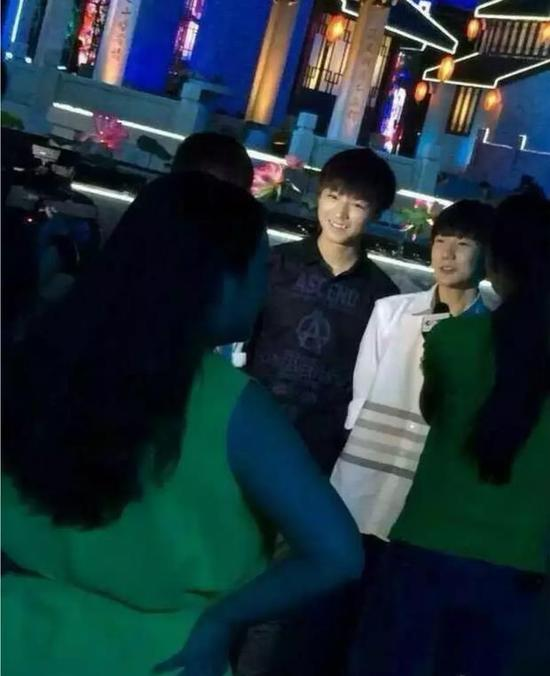 王俊凯光着大腿跳舞?