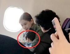飞机偶遇Angelababy和儿子