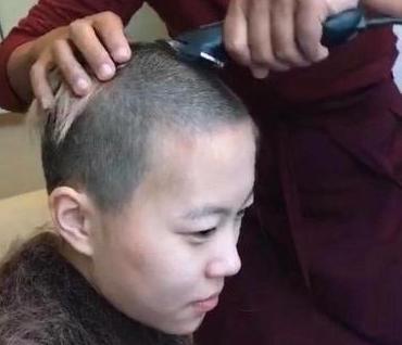 窦靖童剃发被疑出家?