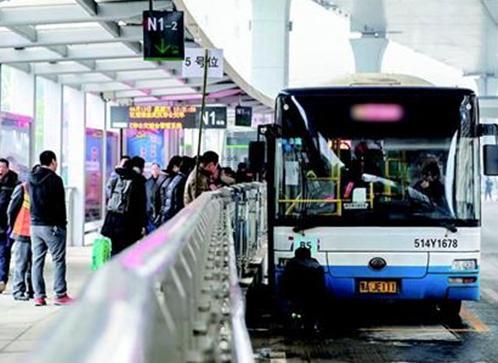 武汉首条BRT快速公交实地演习 将通行25条公交线