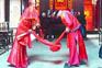 武汉乡村游流行玩穿越 游客在百年老宅里拜堂成亲