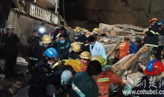 襄阳一酒店遭遇山体崩塌 被困14人连夜救出4人