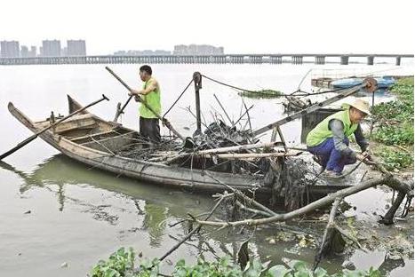 六旬老人义务守护汤逊湖五年 自制设备打捞垃圾