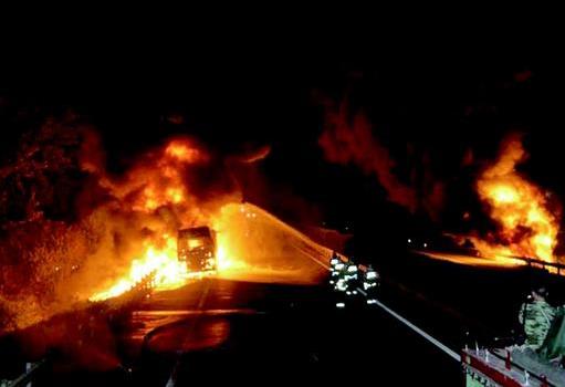运食用油车起火 二广高速宜城至荆门胡集将关闭数日