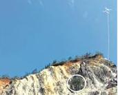小伙徒手攀岩被困绝壁 民警动用无人机空降救生绳营救